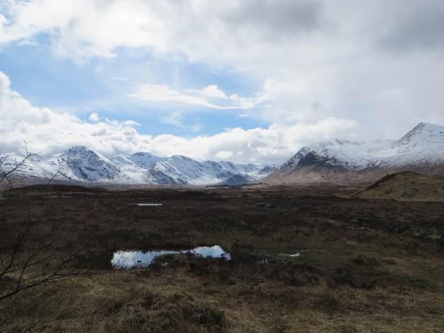 vorbei an schneebedeckten  Bergkuppen