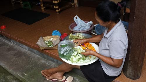 Balinesin bei der Zubereitung von Opfergaben