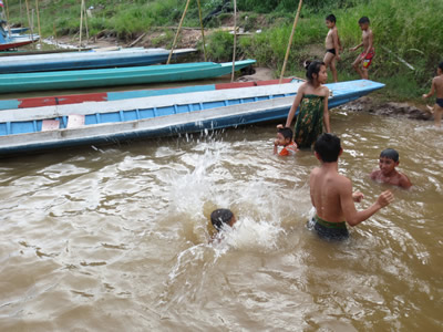 Kinder baden im fluss.jpg
